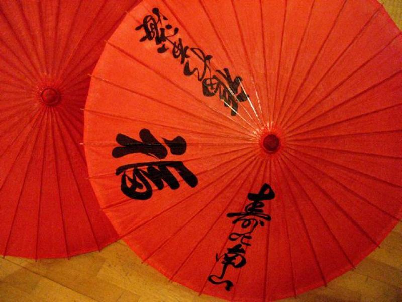 Schirm rot mit schwarzem Kanji